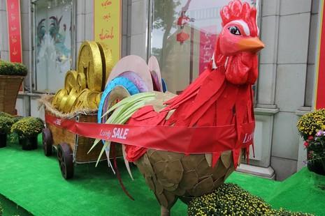 Cặp gà khổng lồ xuống phố chụp ảnh cùng người dân TP - ảnh 7