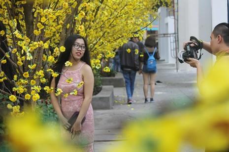 Thiếu nữ TP.HCM diện áo dài xuống phố du xuân sớm - ảnh 8