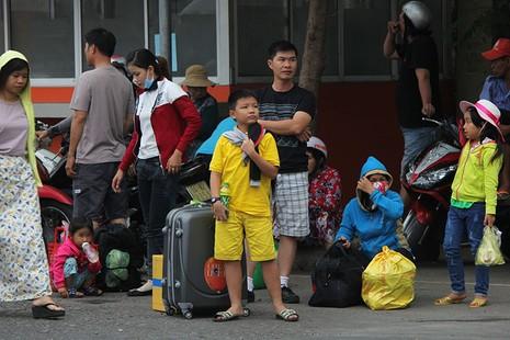 Người dân lỉnh khỉnh đồ đạc trở lại TP.HCM sau Tết - ảnh 5