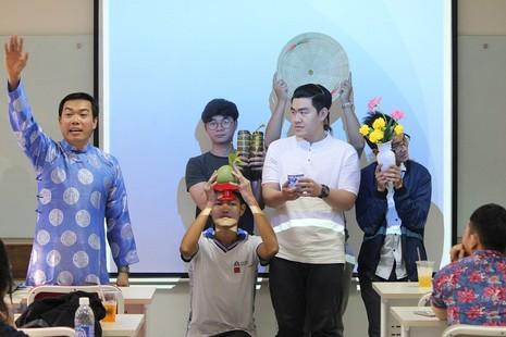 Sinh viên học văn hóa cổ truyền bằng bình bông, đôi đũa - ảnh 1