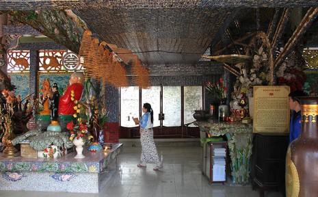 Cận cảnh ngôi miếu hơn 300 năm giữa sông ở Sài Gòn - ảnh 12