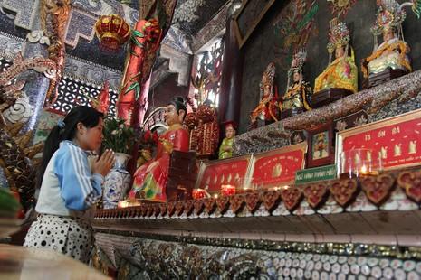 Cận cảnh ngôi miếu hơn 300 năm giữa sông ở Sài Gòn - ảnh 14