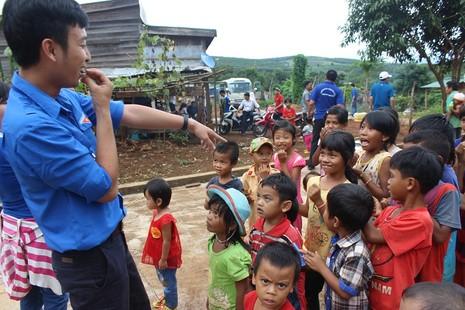 Trẻ em ở bon hào hứng tham gia ngày hội