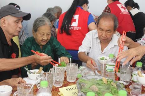 Nghệ sĩ Thiên Kim ấm lòng với 'bữa cơm người già' - ảnh 4
