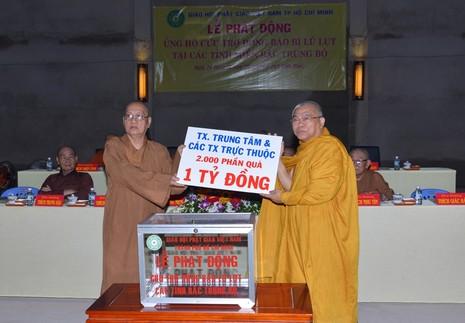 Tăng ni, Phật tử ủng hộ trên 11,3 tỉ đồng cho vùng lũ  - ảnh 3