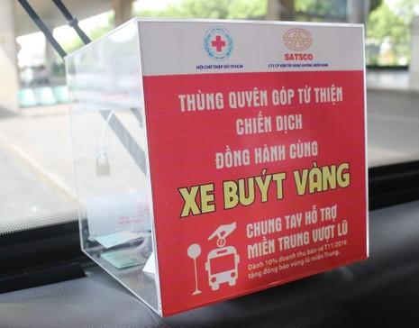 Đi xe buýt để ủng hộ đồng bào miền Trung  - ảnh 1