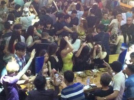 Đột kích 'vũ trường' lộ thiên ở trung tâm Sài Gòn - ảnh 1