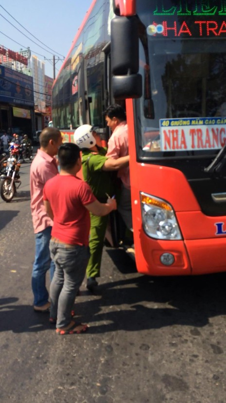 Cảnh sát  bắn chỉ thiên chặn xe khách vi phạm - ảnh 1