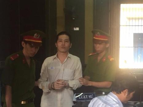 Bị cáo Phú được dẫn giải về trại giam sau phiên xử