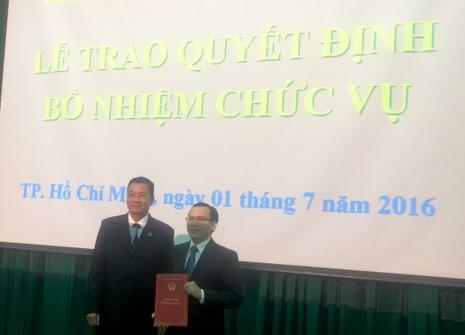 Phó Chánh án TAND TP.HCM Đỗ Khắc Tuấn trao quyết định bổ nhiệm cho ông Bình