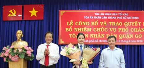 Lãnh đạo TAND TP.HCM và ban ngành tặng hoa chức mừng nữ Phó chánh án mới