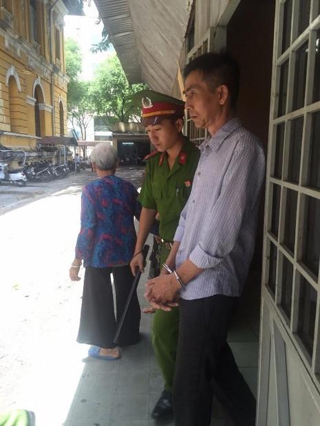 Bị cáo Long được dẫn giải về trại sau phiên xử