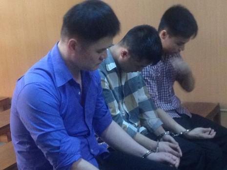 Bị cáo Liu Tsung Chih (áo xanh) và các đồng phạm tại phiên xử