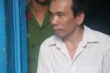 Bị cáo Từ Quốc Khởi được dẫn giải về trại sau phiên toà