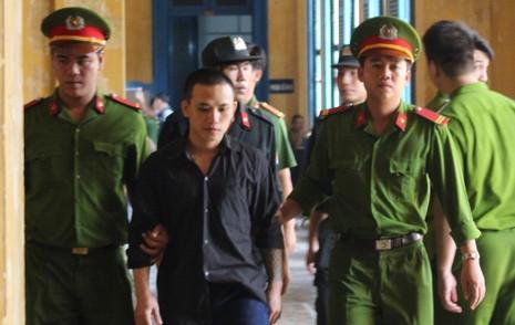 Bị cáo Khang bị dẫn giải về trai sau khi toà tuyên y án tử hình