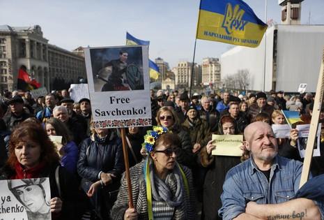 Dân Ukraine tấn công đại sứ quán Nga tại Kiev - ảnh 1