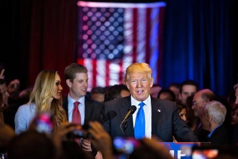 Thắng lớn, ông Trump và bà Clinton đến gần đề cử của đảng - ảnh 1
