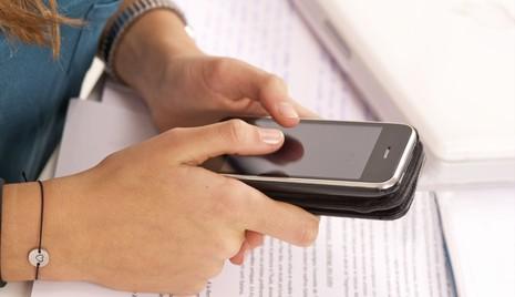 50% trẻ vị thành niên Mỹ ghiền điện thoại di động - ảnh 1