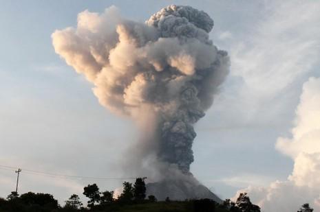 Núi lửa Indonesia phun trào, 9 người thương vong - ảnh 2