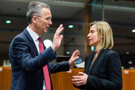 Tổng Thư ký NATO Jens Stoltenberg (trái) và Cao ủy Đối ngoại và An ninh EU Federica Mogherini tại hội nghị ở Bỉ ngày 28-6.