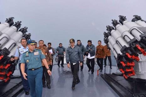 Tổng thống Indonesia Joko Widodo và các thành viên nội các trên boong tàu hải quân KRI Imam Bonjol ở quần đảo Natuna ngày 23-6.