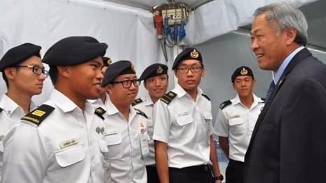 Bộ trưởng Quốc phòng Singapore Ng Eng Hen trao đổi với lính hải quân Singapore năm 2015.
