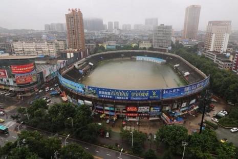 Một sân vận động ở tỉnh Hồ Bắc biến thành hồ nước ngày 2-7.