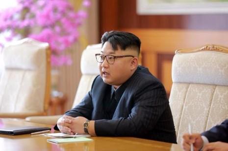 Ông Kim Jong-un trong một buổi tiếp quan chức Cuba hồi tháng 6.