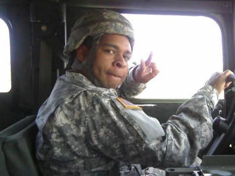Tay súng bắn tỉa Johnson mặc trang phục dã chiến và lái xe quân sự trong một hình ảnh trên FACEBOOK.