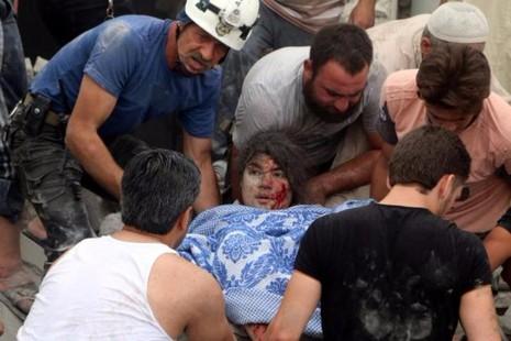 Dân thường bị thương vì không kích ở TP Allepo ngày 8-7.