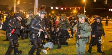 Cảnh sát bắt người biểu tình tại TP Baton Rouge đêm 9-7.