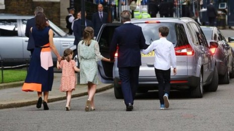 Gia đình Thủ tướng David Cameron rời dinh thủ tướng ngày 13-7.
