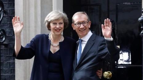 Bà Theresa May và chồng trước dinh thủ tướng. (
