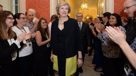 Bà Theresa May được chào đón bước vào dinh thủ tướng ngày 13-7.