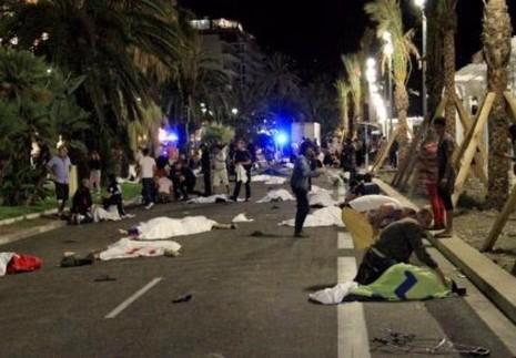 Hiện trường vụ khủng bố ở TP Nice đêm 14-7.