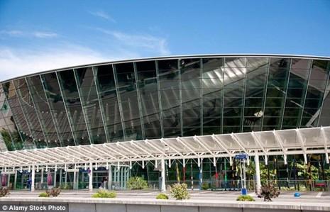 Sân bay quốc tế Côte d'Azur ở TP Nice phải sơ tán khẩn cấp vì lo sợ khủng bố.
