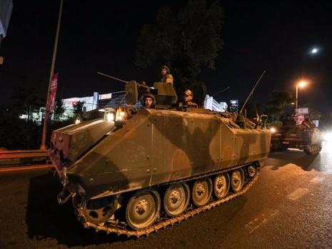 Xe tăng quân đội trên đường phố Istanbul (Thổ Nhĩ Kỳ) ngày 15-7.