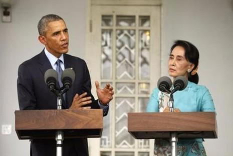 Bà Suu Kyi (phải) và Tổng thống Mỹ Obama họp báo tại Yangon (Myanmar) ngày 14-11-2014, trong một chuyến thăm Myanmar của ông Obama.