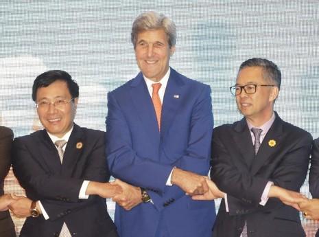 Bộ trưởng Ngoại giao Phạm Bình Minh (trái) và Ngoại trưởng John Kerry (phải) và một quan chức Malaysia chụp hình chung tại hội nghị Bộ trưởng Ngoại giao ASEAN-Mỹ ở Lào ngày 25-7.