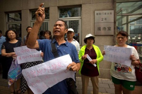 Người thân nạn nhân MH370 đòi gặp Bộ trưởng Ngoại giao Vương Nghị trình thư kiến nghị tiếp tục tìm kiếm.