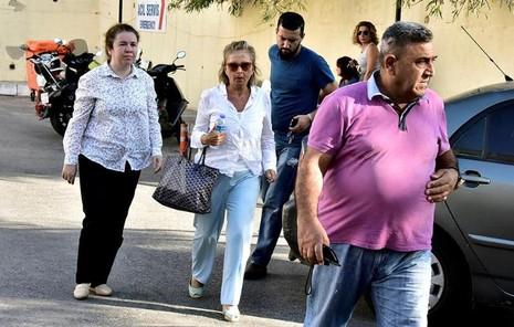 Nữ nhà báo Nazli Ilicak (áo trắng, giữa), một cây viết bình luận nổi tiếng và là cựu nghị sĩ quốc hội bị cảnh sát bắt ở TP Bodrum (Thổ Nhĩ Kỳ) ngày 26-7.