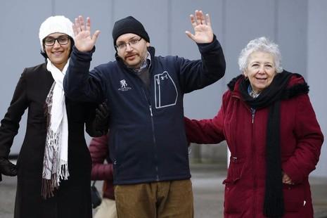 Nhà báo Jason Rezaian (giữa) và người thân tại Đức sau khi được Iran trả tự do hồi tháng 1.
