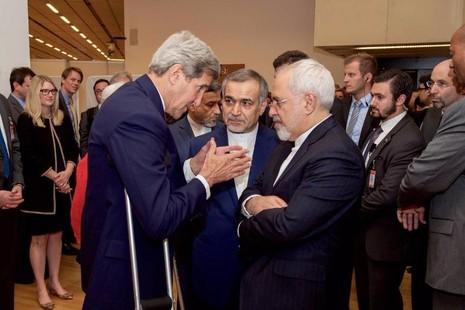 Ngoại trưởng Mỹ John Kerry (trái) và Ngoại trưởng Iran Javad Zarif tại Áo tháng 7-2015.