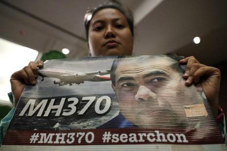Người thân nạn nhân phản đối ngưng tìm kiếm chiếc máy bay MH370.