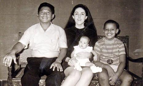 Cậu bé Obama (phải) cùng bố dượng Lolo Soetoro, em gái Maya Soetoro, mẹ Ann Dunham.