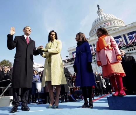 Tổng thống Obama tuyên thệ nhậm chức tổng thống nhiệm kỳ đầu bện cạnh vợ con ngày 20-1-2009.
