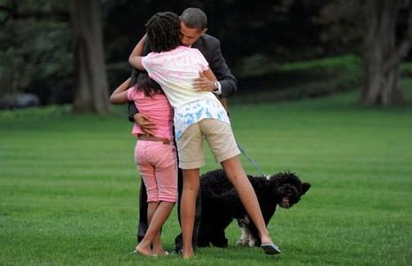 Tổng thống Obama được các con chào đón tại sân Nhà trắng sau một ngày làm việc, ngày 15-9-2009.