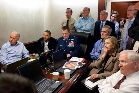 Tổng thống Obama (thứ hai bên trái) cùng các thành viên nội các trong một cuộc họp bàn về chiến dịch tiêu diệt trùm khủng bố Osama Bin Laden tại phòng Tình huống của Nhà trắng ngày 1-5-2011.