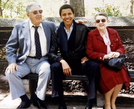 Chàng trai Obama và ông bà ngoại Stanley và Madelyn Dunham.