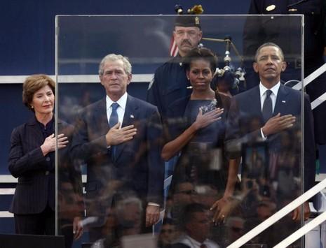 Vợ chồng cựu Tổng thống George W. Bush và vợ chồng Tổng thống Obama tưởng niệm nạn nhân vụ khủng bố 11-9 dịp sự kiện này tròn 10 năm, tại New York ngày 11-9-2011.
